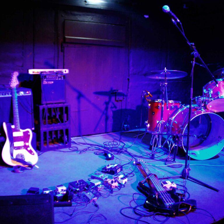 Die Bühne des KNUP mit Instrumenten und Anlage